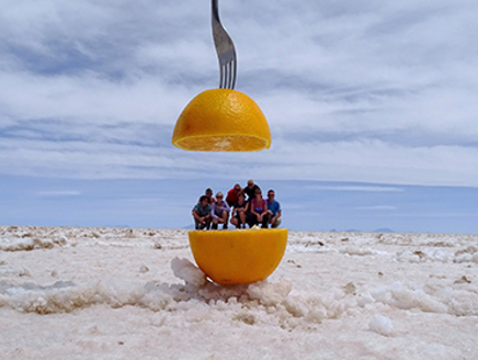 Groep op Uyuni zoutvlakte
