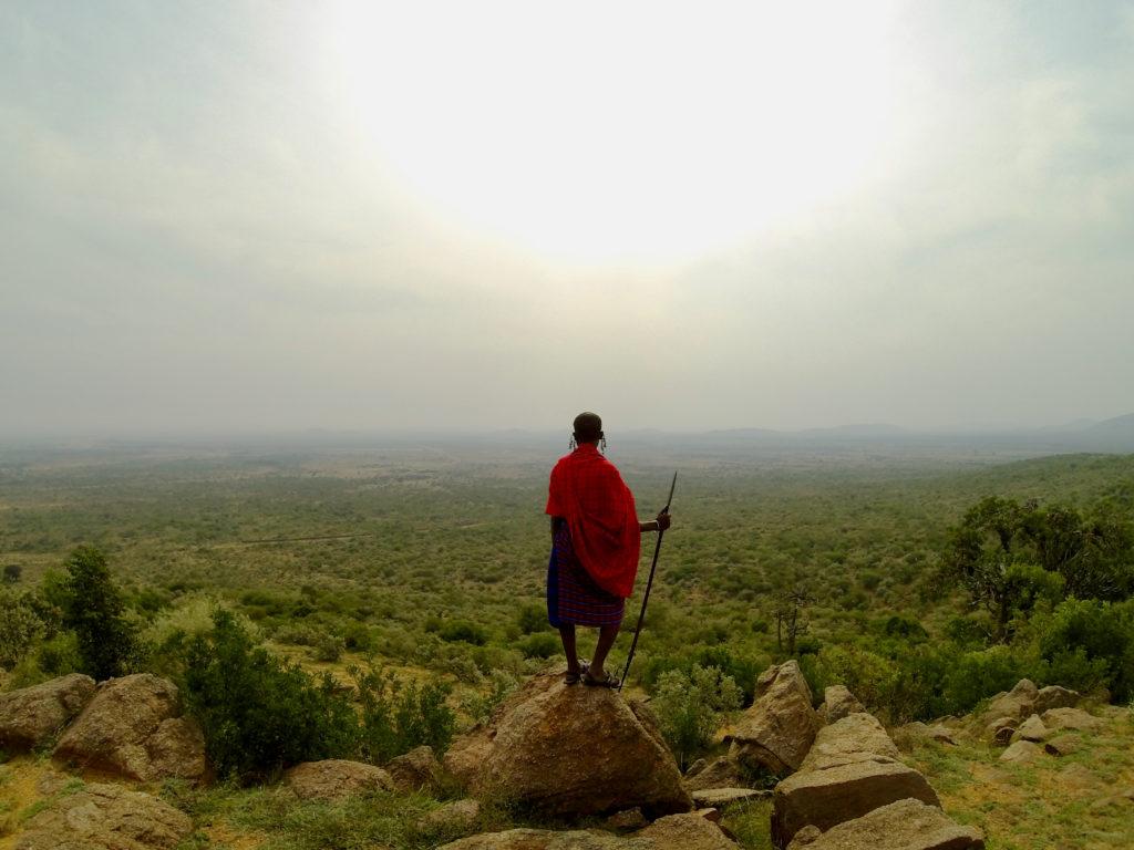 De Maasai bevolking leidt ons door hun prachtige gebied
